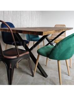 Mesa Nebraska quemada con sillas vintage