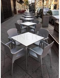 Conjunto terraza: mesa blanca y sillas gris claro